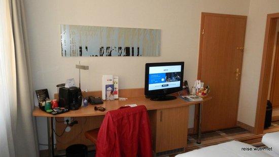 Mercure Hotel Köln Belfortstrasse: Schreibtisch und TV