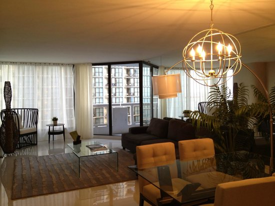 Doubletree by Hilton Grand Hotel Biscayne Bay: View of the suite's living room/dining area.
