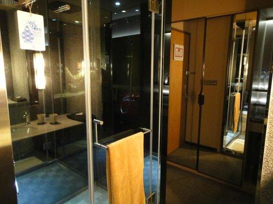 Home Hotel: 鏡を多く使った部屋