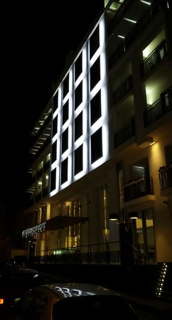 Hotel Valentina : Facade hôtel de nuit