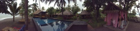 Rinjani Beach Eco Resort: Panorama taking in beach, pool, bungalos, dining area and spa