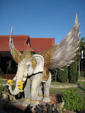 كارينثيب فيليدج: слоник перед входом