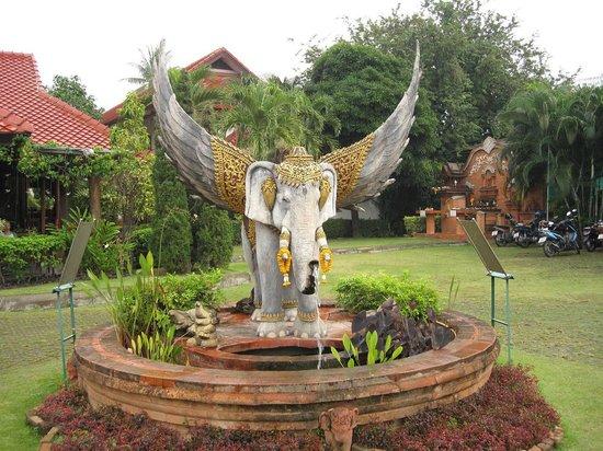 Karinthip Village : вход в отель