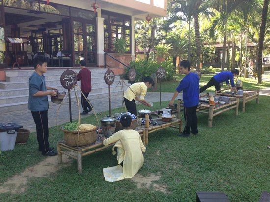 Vinh Hung Riverside Resort: Happy Hour with food