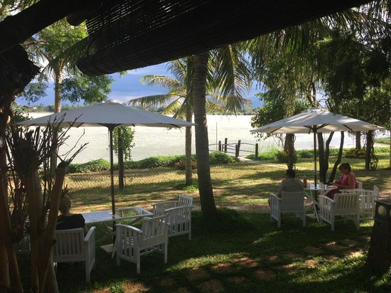 Vinh Hung Riverside Resort: breakfast area overlooking river