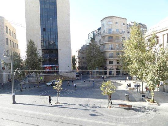 The Jerusalem Hostel: Вид на площадь Сиона субботним утром (потому так пусто)