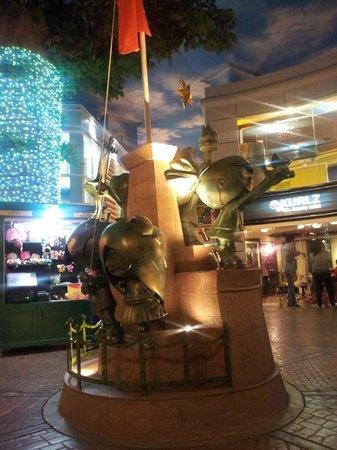 KidZania Mumbai: Statue in Kidzania square