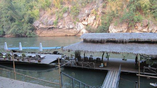 River Kwai Resotel : molo attracco canoe a motore