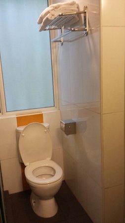 85 Beach Garden Hotel: Toilet