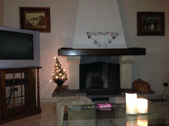 Villa Scati: camino nel soggiorno del nostro appartamento