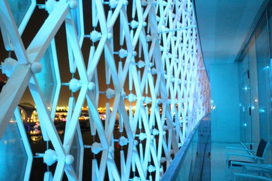 Yas Viceroy Abu Dhabi: view of the balcony at night