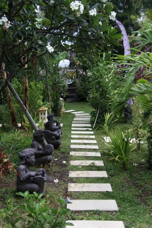 Minabali Bunga'lo : walkway to the rooms