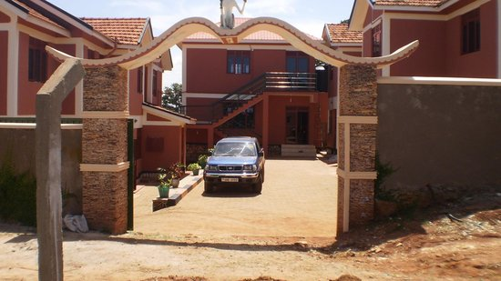 Namugongo Hotel: Front view of the hotel