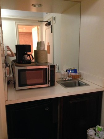 Salisbury Hotel: 'kitchen' facilities: Coffee maker, fridge, microwave & small sink