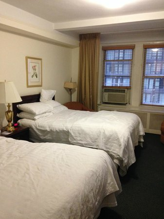 Salisbury Hotel: x2 Queen beds - room overlooking 57th Street