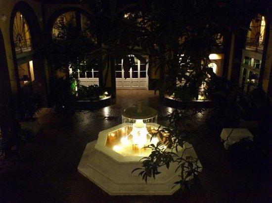 Hotel Mazarin: 部屋のドア前から夜の中にはの噴水