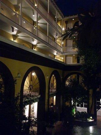 Hotel Mazarin: 2階のドア前の通路から。ホテル上階の部屋。