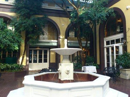 Hotel Mazarin: 朝、中庭の噴水