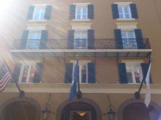 Hotel Mazarin: ホテル前の通りからホテル正面