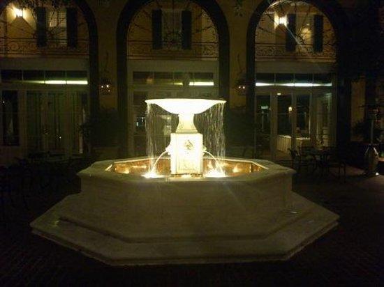 Hotel Mazarin: 夜、中庭の噴水