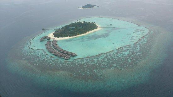 Vakarufalhi Island Resort: The island just before landing.