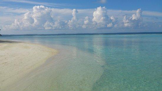 Vakarufalhi Island Resort: Busy beach..... NOT