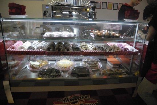 America Graffiti Diner Restaurant Ivrea: vetrinetta dei dolci