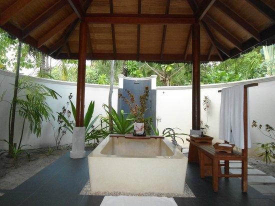Anantara Dhigu Maldives Resort: outdoor bathroom