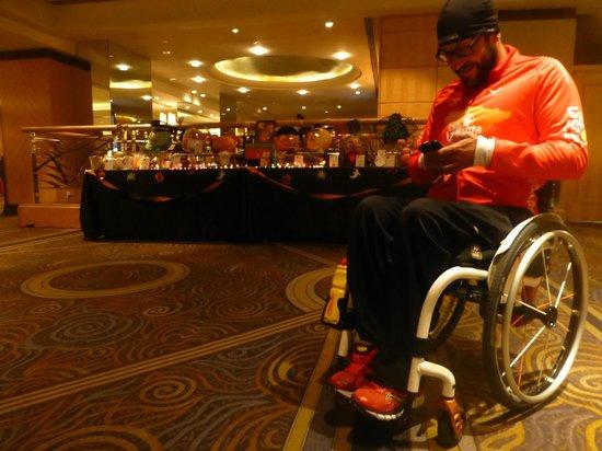 New York Hilton Midtown: Usando en wi-fi en el lobby