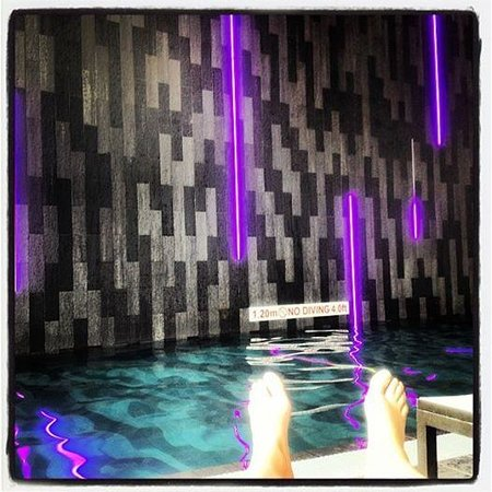 Aloft London Excel: Sitting by the pool