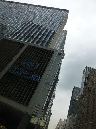 New York Hilton Midtown: El Hotel desde la calle