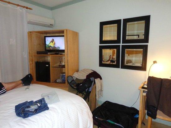 Cadet Hotel: Cozy Queen  Room