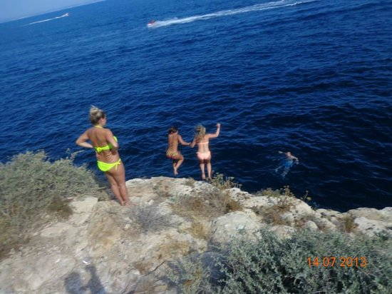 Hotel TRH Torrenova: cliff jumping at the back of the hotel.