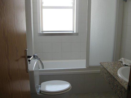 Apartamentos Es Salobrar: vasca con doccia