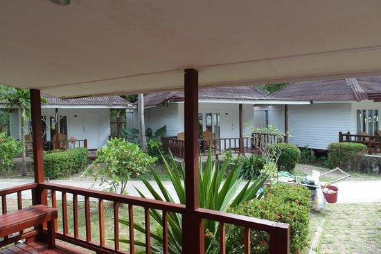 Nakara Long Beach Resort, Koh Lanta : Verandah to chill outside looking at the sea.