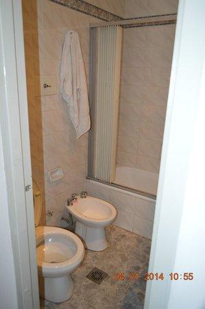 Hotel Tres Sargentos: Baño