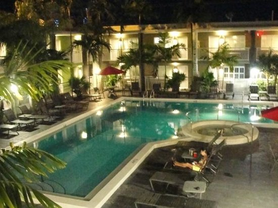 BEST WESTERN Hibiscus Motel: Pool at Night