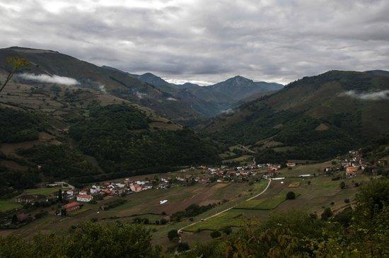 Hotel Casa Pipo: Vista del bonito pueblo de Tuña, donde está situado nuestro Hotel