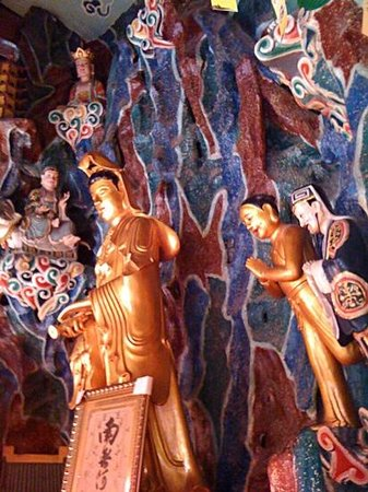 Jiming Temple : Buddhas adorn inside the pagoda ....Annh