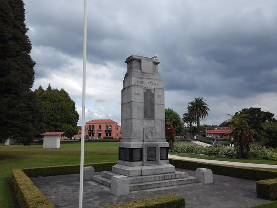 Government Gardens : monument