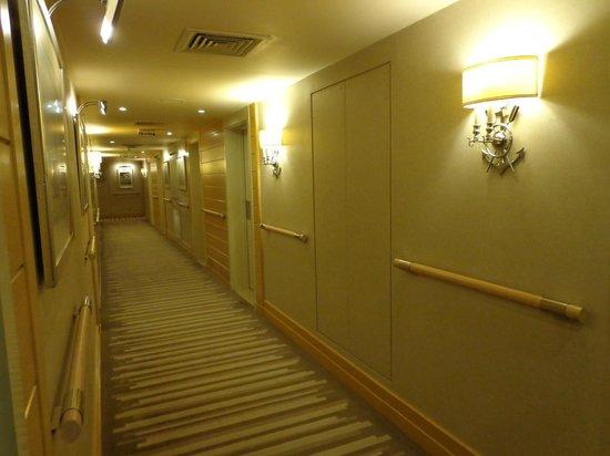 Mövenpick Hotel Beirut : Couloir desservant les chambres