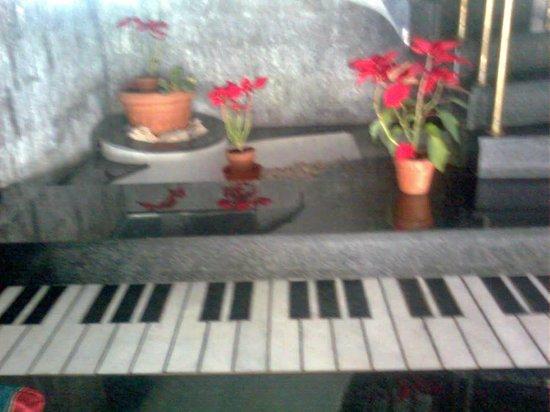 Rokna: Foto de la escalera, con dibujo de teclas de piano.