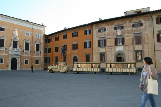 Tuscany in One Day Sightseeing Tour: Наш транспорт в Пизе