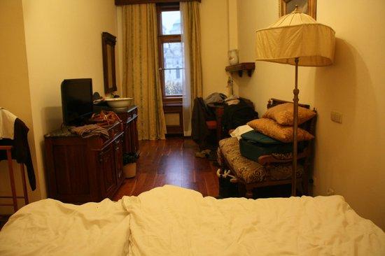 Grand Hotel Praha : vista desde la cama estrecha muebles viejos, no enchufes  para PC ni cargador de telefono
