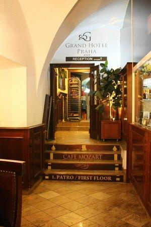 Grand Hotel Praha : entrada hall del hotel estrecha, vieja, sucia y sin que nadie te ayude con las maletas