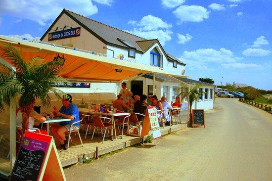 Auberge du Gros Bill : terrasse et resto face à la mer