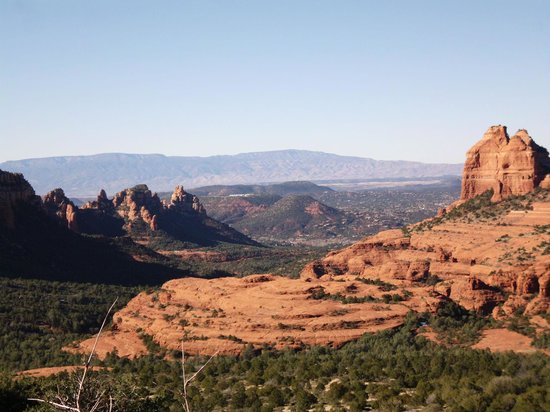 Pink Jeep Tours Sedona: Beautiful red rocks with Sedona in the valley below