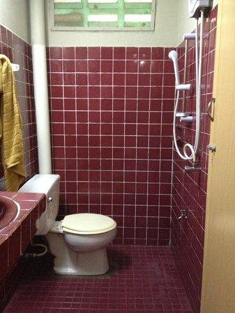Sandy Beach Resort: Clean bathroom
