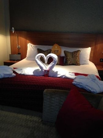 Apex London Wall Hotel: Anniversary greeting bed