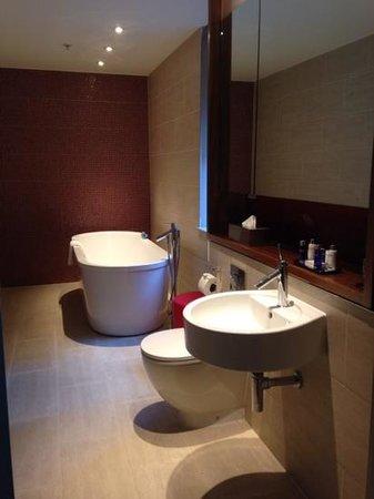 Apex London Wall Hotel: bathroom room 301